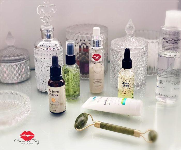 Bancada com diversos produtos de beleza para cuidar da pele mista